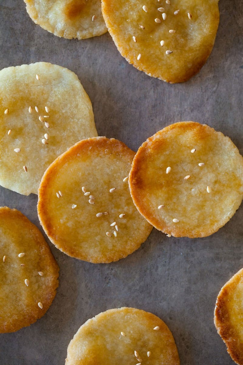 A recipe for Japanese crackers with sesame seeds.
