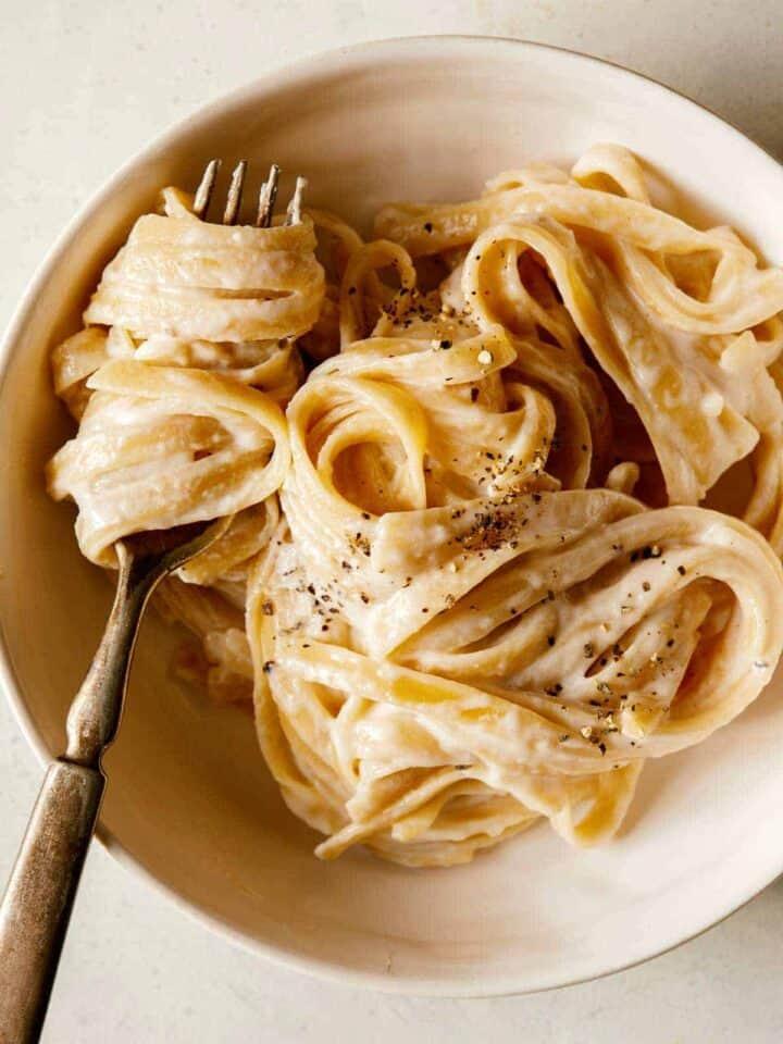One pot fettuccine alfredo recipe, a perfect easy dinner recipe.