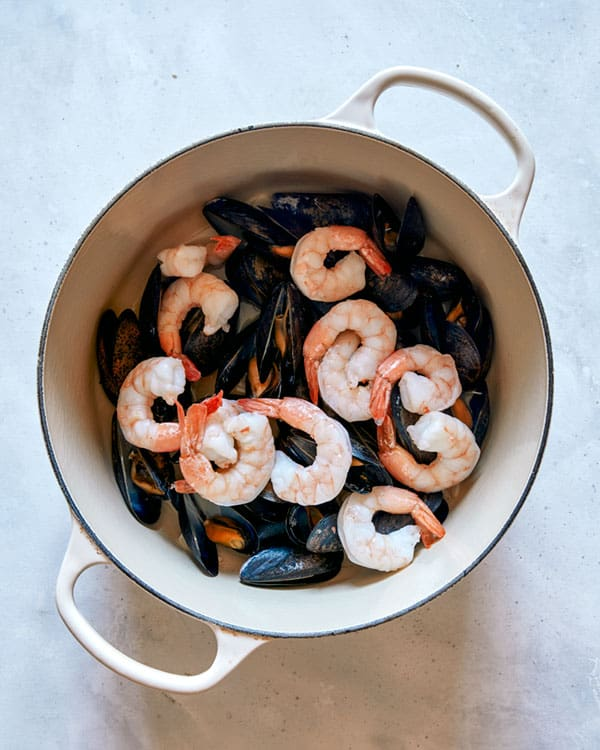 Mussels with shrimp in a pot to make seafood pasta.